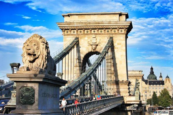 budapeşte aslanlı köprü