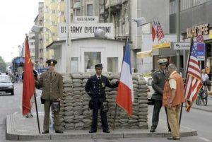 Einen Euro verlangen diese falschen Soldaten der ehemaligen russischen, französischen und US-amerikanischen Alliierten (v.l.) um sich mit ihnen am Dienstag (12.08.2008) am Checkpoint Charlie in Berlin fotografieren zu lassen. Für viele Menschen ist dieser Zustand ein großes Ärgernis. Kein Besucher kann erkennen, welche Soldaten auf welcher Seite des Übergangs standen. Foto: Rainer Jensen dpa/lbn +++(c) dpa - Bildfunk+++